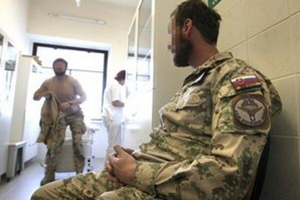 Veteráni z Afganistanu po návrate domov absolvujú lekárske prehliadky.