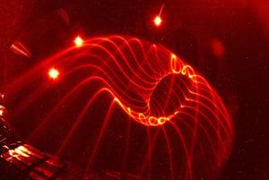 Experimentálna vizualizácia siločiar v reaktore Wendelstein 7-X.