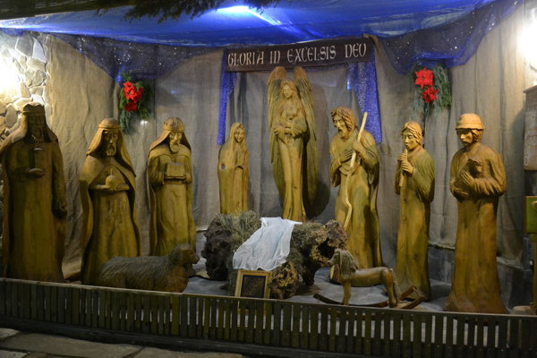 Vyrezávaný betlehem pri františkánoch je už opäť postavený.