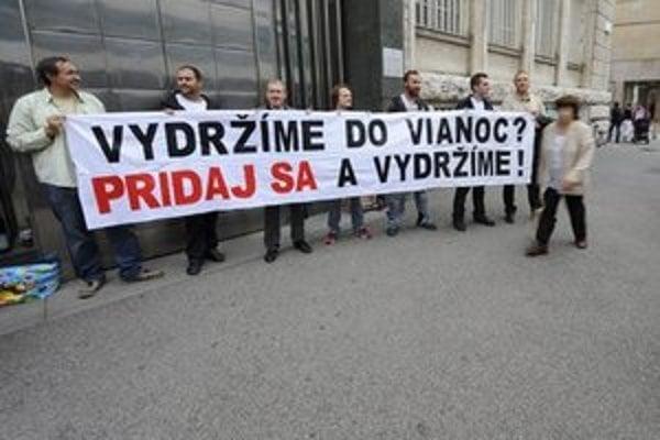 Blokáda vchodu budovy Generálnej prokuratúry.