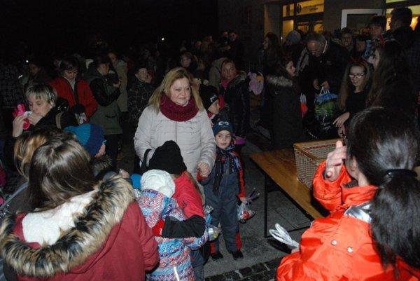 Darčeky rozdával Mikuláš na námestí pred sídlom MsÚ.