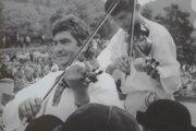 Na archívnej fotografii Pavol Pánis (vľavo) zroku 1984 počas vystúpenia FS Kysučan vo Vychylovke.