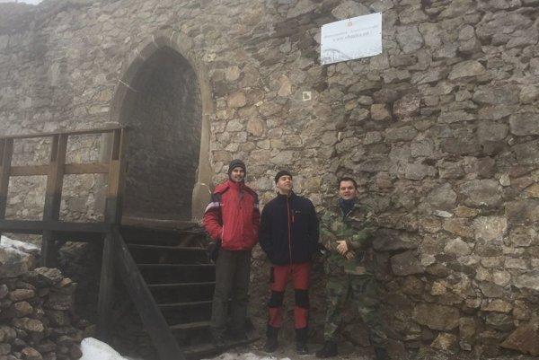 Igor Pribula (vpravo) sa venuje záchrane hradu už 5 rokov. Na fotografii s hradnými dobrovoľníkmi.