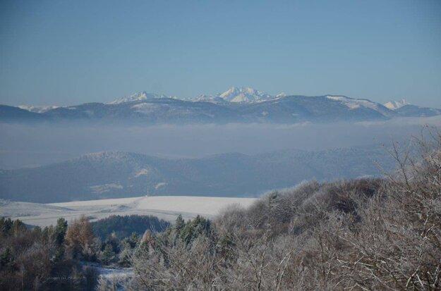 Výhľad z hradu na okolitú krajinu. V pozadí sú štíty Tatier.