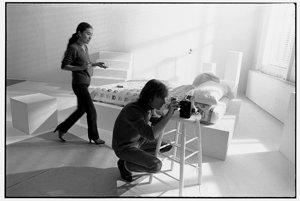 John Lennon nalaďuje rádio. Fotografia vznikla pár dní pred jeho smrťou.