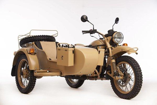 Motocykel s bočným vozíkom Ural Pustinja. Počiatky tohto motocykla siahajú do obdobia pred druhou svetovou vojnou, keď Rusi okopírovali nemecký motocykel BMW R71.
