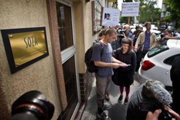 Pred sídlom zväzu v utorok protestovalo asi 25 mladých ľudí.