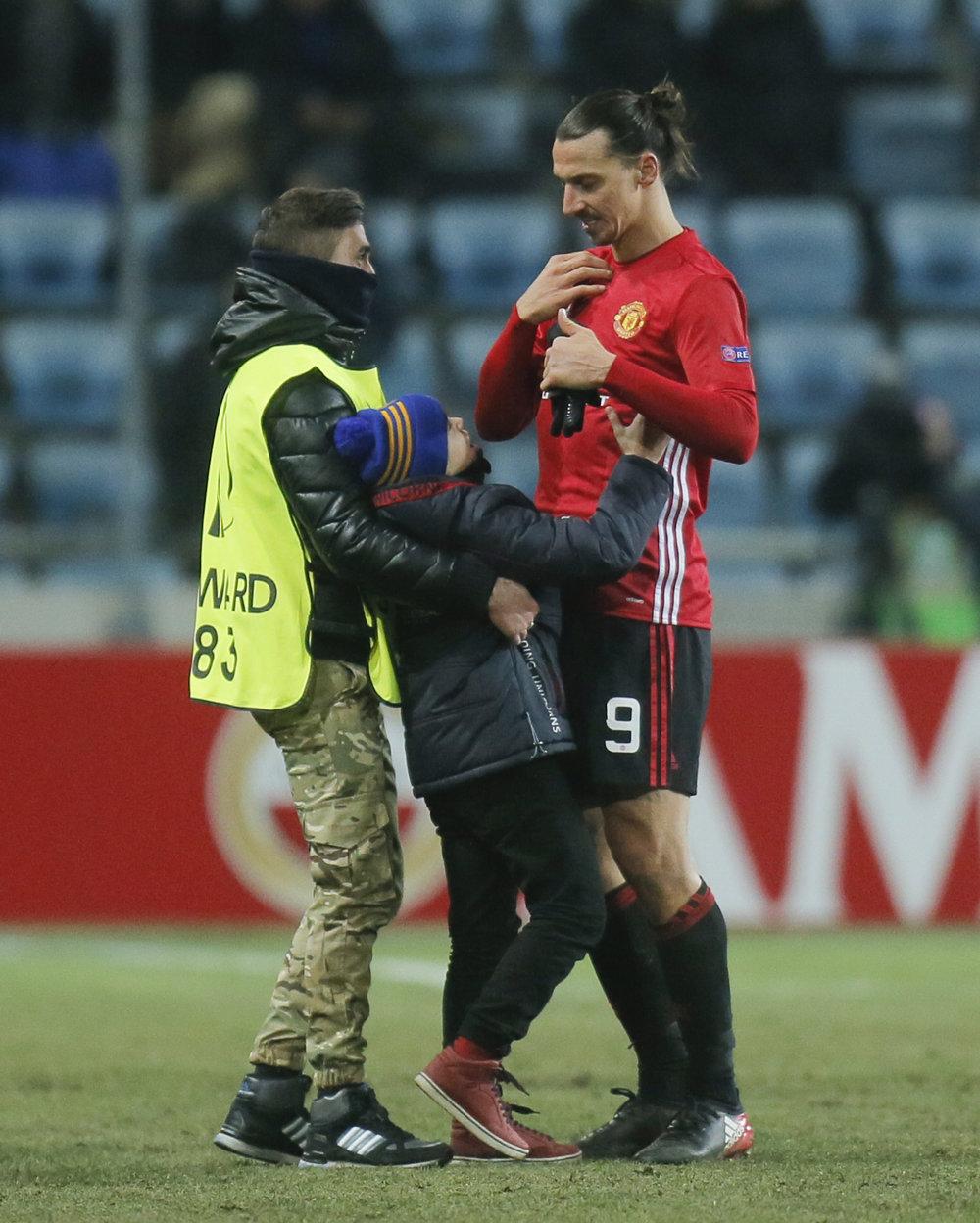 Zlatan Ibrahimovič z Manchestru United dáva svoj dres malého fanúšikovi po zápase 6. kola skupinovej fázy Európskej ligy proti Zorja Luhansk. FOTO - TASR/AP