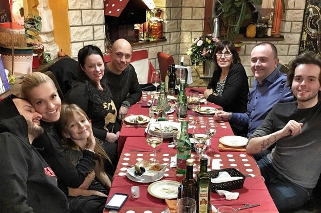 Párty nebola. Dara zorganizovala len spoločnú večeru.