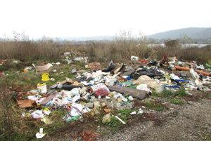 Skládka komunálneho odpadu. Obec Plešivec dostala dotáciu na odstránenie skládok.