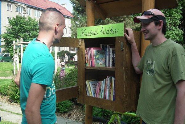 Knižná búdka na sídlisku Lány je tiež dielom dobrovoľníkov.
