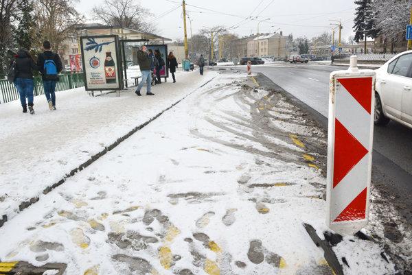Zrekonštruovaná zastávka. Niektorí cestujúci už čakajú na nej, hoci tam autobusy ešte nezastavujú.