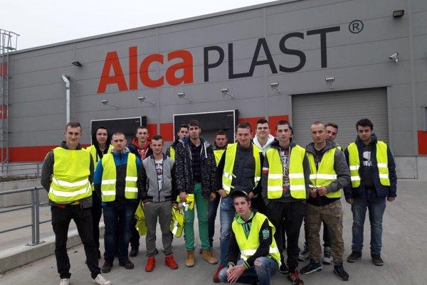 Žiaci SOŠ stavebnej v Žiline hahliadli do výroby najväčšieho výrobcu sanitárnej techniky Alcaplast.