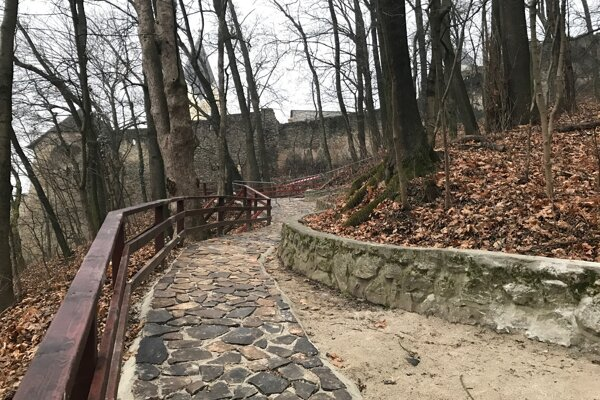 Oproti pôvodnému chodníčku je ten terajší zatiaľ užší.