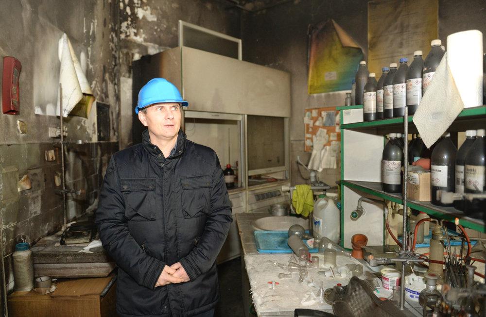 Na snímke dekan Prírodovedeckej fakulty UPJŠ v Košiciach Gabriel Semanišin v priestoroch po požiari.