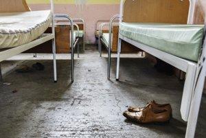 Postele pripravené pre bezdomovcov ktorí prichádzajú od siedmej večer