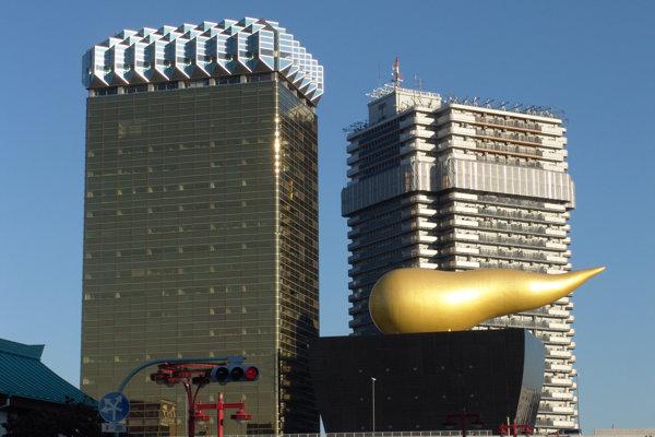 Budovu spoločnosti v Tokiu navrhol slávny francúzsky dizajnér Philippe Starck.