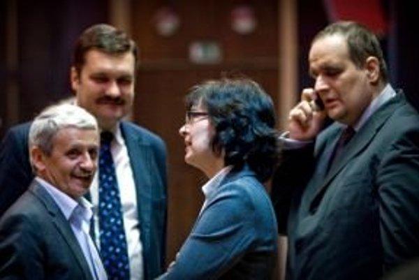 Mikuláš Dzurinda, Viliam Novotný, Lucia Žitňanská a Pavol Frešo pred začiatkom rokovania regionálneho predsedníctva SDKÚ v Bratislave.