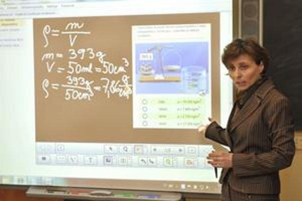 Učivo sa premieta na digitálnu tabuľu, dá sa do nej vpisovať, vyberať z možností, prezerať videá aj obrázky.