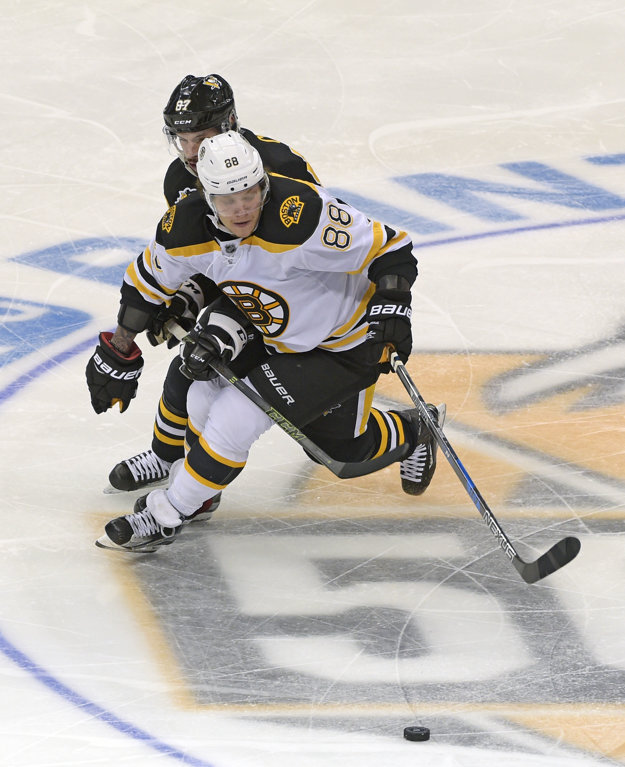 Duel v Bostone bol aj súbojom dvoch najlepších strelcov súťaže - Davida Pastrňáka (vpredu) z Bostonu a Sidneyho Crosbyho.