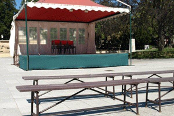 Počas minulotýždňových hodov zostalo pódium aj hľadisko v centre mesta opäť prázdne. Pre záplavy.