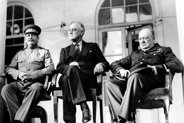 Zľava: Jozef Stalin, Franklin D. Roosevelt, Winston Churchill.