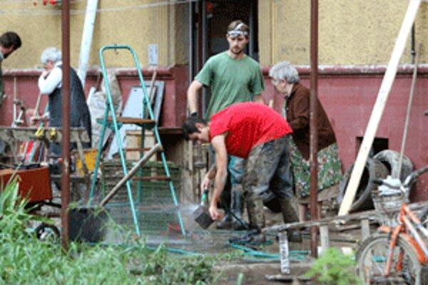 Ľudia postihnutí povodňami stále potrebujú čistiace a dezinfekčné prostriedky.