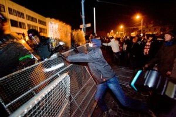 Najprv pokojný piatkový protest sa zmenil na výtržnosti.