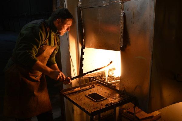 Vo svojej dielni vMartinkovom Potoku vytvára Stano Mikovčák zaujímavé diela.