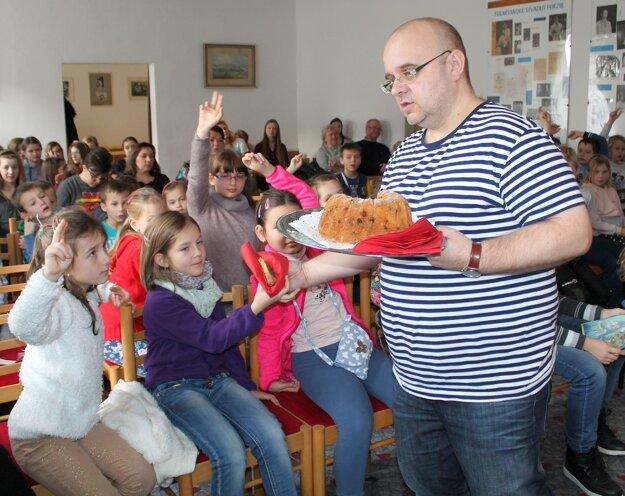 Moderátor Dado Nagy odmeňoval odvážne deti bábovkou neviditeľnosti.