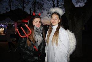 Čertica a anjel na podujatí v centre Bojníc.