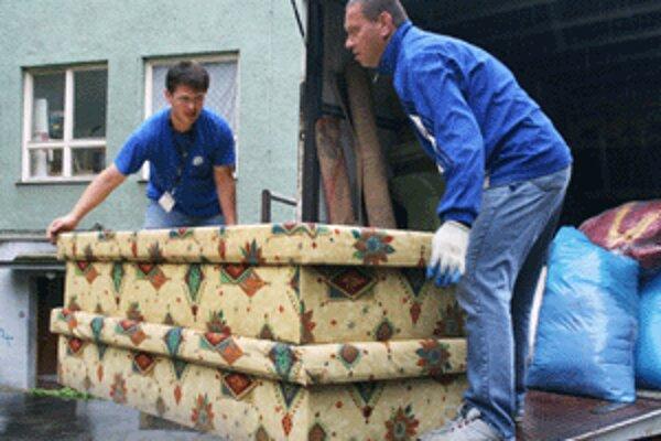 Rodina z Prievidze, ktorej voda zatopila byt, získala nový nábytok.