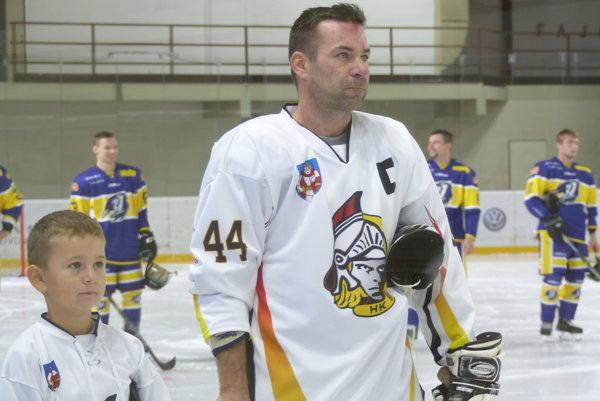 Martin Krumpál so synom Marcom pri prvom domácom zápase po reštarte hokeja v Senici.