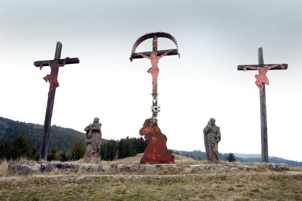 Na vrchole kalvárie stáli tri kríže.