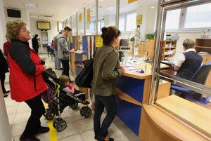 Pošta v Stupave obmedzila svoje otváracie hodiny, lebo tretina jej zamestnancov dala výpoveď.