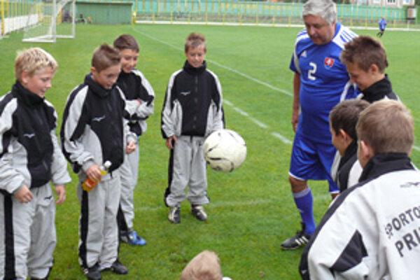 Karol Dobiaš predviedol prievidzským žiakom niekoľko žonglérskych kúskov s futbalovou loptou.