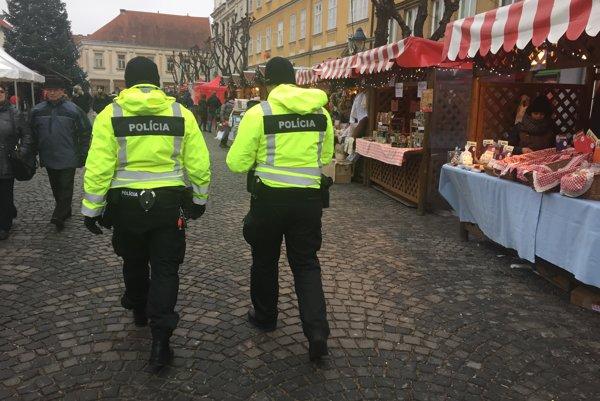 Policajti hliadkujú aj na vianočných trhoch na Mierovom námestí v Trenčíne.