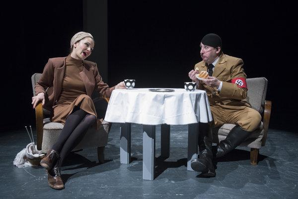 Už viac ako rok hviezdi Stanislav Pitoňák v postave Hitlera v ironickom kabarete Doma u Hitlerovcov - Historky z kuchyne spolu s Tatianou Polákovou v postave Evy Braunovej.