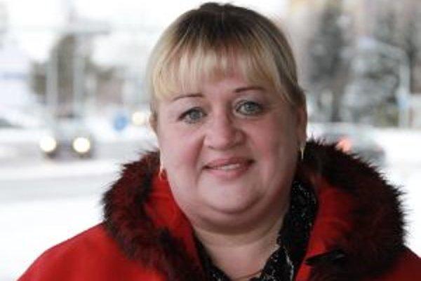 Narodila sa v roku 1961 v Nitre. Vyštudovala Technickú univerzitu v Budapešti (Fakulta architektúry). Dlhé roky pôsobila ako úradníčka v štátnej správe v Starej Ľubovni, bola aj starostkou obce Chmeľnica a v rokoch 2004 – 2009 europoslankyňou za SDKÚ. Akt
