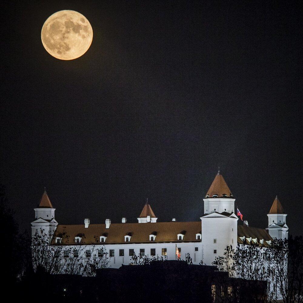 14. november 2016. Supermesiac nad Bratislavským hradom.