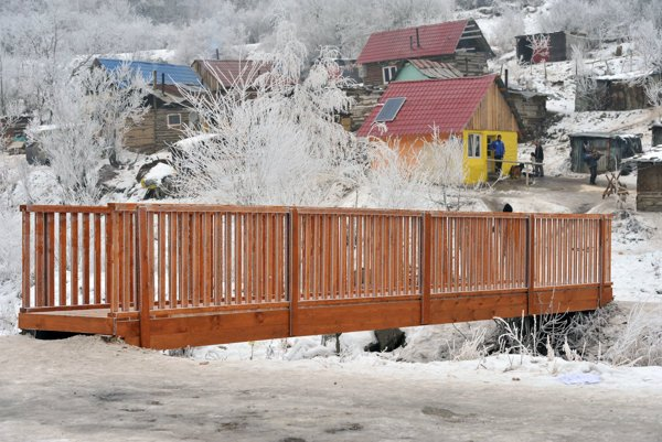 Milpoš. Jediný prístup do osady bol pred rokom po tejto drevenej lávke cez potok.