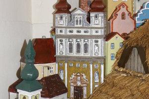 Pozadie v betleheme v Kľačne tvoria vyobrazenia budov, predovšetkým kostolov z Trnavy.
