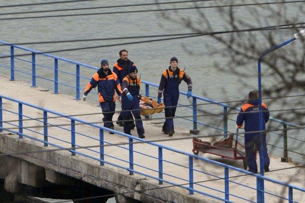 Záchranári nesú telo jednej z obetí nešťastia.