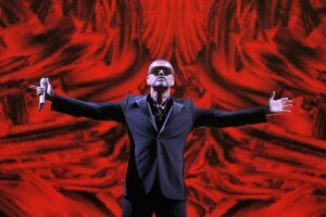 Na archívnej snímke z 9. septembra 2012 britský spevák George Michael vystupuje na charitatívnom koncerte v rámci turné Symphonica v Paríži.