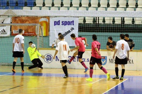 V úvodnom zápase Betonáris Šaľa remizoval s Hosťovcami 2:2.