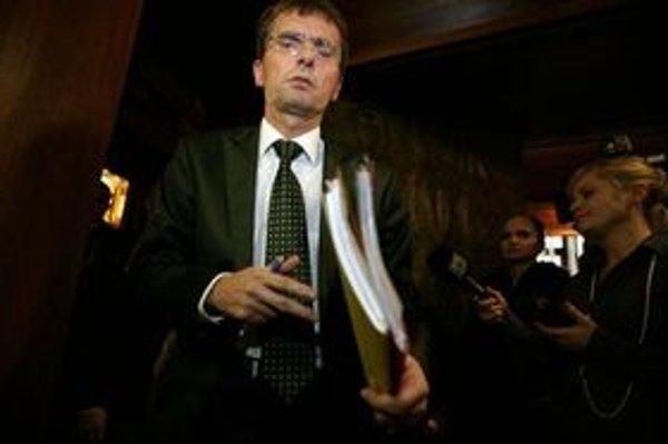 Minister obrany škandál s odpočúvaním vysvetľoval parlamentným výborom.