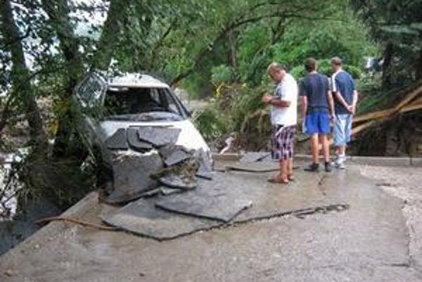V Handlovej živel zdemoloval niekoľko áut.