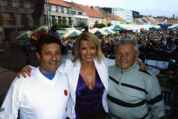 Jozef Fraňo (vľavo) s Jozefom Nemcom a Ivetou Bartošovou na podujatí Třebíčské slávnosti piva.
