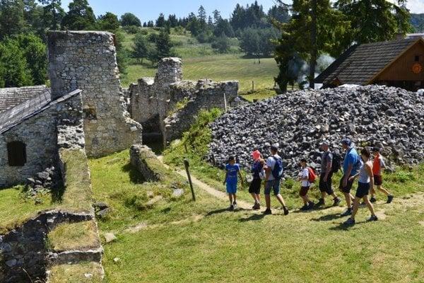 Ruiny stavby z 13. storočia na Kláštorisku v národnom parku sa postupne rekonštruujú už desiatky rokov.