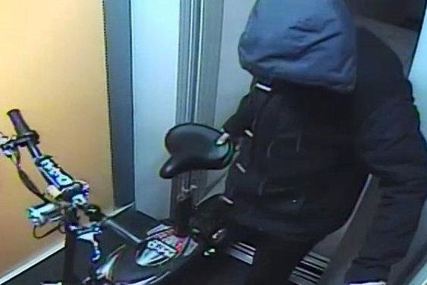 Jeden z podozrivých mal oblečený pánsky kabát modrej farby s kapucňou, nohavice tmavej farby a obuté mal športové topánky s bielou podrážkou.